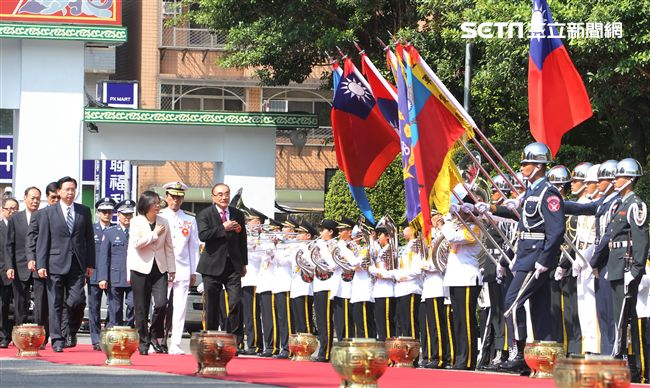 總統蔡英文出席106年三軍六校畢業典禮,頒發學生畢業證書、授階、合照。(記者邱榮吉/攝影)
