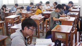 大學指考第2天進行國、英、數等共同考科,考生們在考前做最後的努力。 中央社記者張皓安攝 106年7月2日