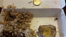 買到賺到?買肉燥飯竟吃到5元硬幣! 圖/翻攝自臉書社團《爆料公社》