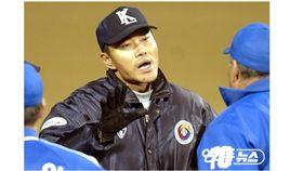 ▲韓國職棒前裁判崔圭淳2013年季後賽像斗山熊「借錢」,引發大醜聞。(資料照/截自韓國媒體)