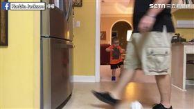 三歲萌娃秀足球神技 爸爸雙腳變球門。(圖/翻攝自Korbin Jackson臉書)