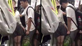 地鐵,車廂,大陸,北京,交通,搔抓,下體,勾魂,情侶,手淫,生殖器,SOD,微博-翻攝自秒拍