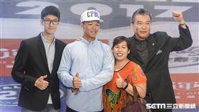 ▲廖健富(左2)成為中職選秀狀元,全家到現場相當高興。(圖/記者林敬旻攝)