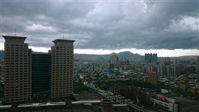 大雨特報、新北天空烏雲密布、陰天、天氣、烏雲、大雨、下雨/中央社