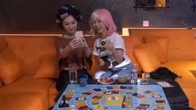 ▲鄧紫棋(右)與好友林欣彤(左)Cosplay。(圖/翻攝自GEMblog YouTube)