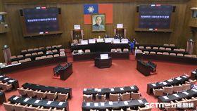 立法院臨時會,國民黨團佔據主席台。(記者盧素梅攝)