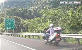 民眾拍下一名重機騎士違規騎上國道。(圖/翻攝畫面)