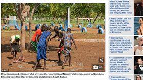 戰火悲歌…南蘇丹陷入戰亂已3年 孩童隻身光腳逃亡 圖/翻攝自《每日郵報》 http://www.dailymail.co.uk/wires/afp/article-4663402/Barefoot-children-flee-brutal-S-Sudan-war.html
