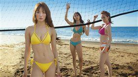 (左)舒子晨、(中)康茵茵、(右)夏語心「犯規小姐」三人拍攝GQ雜誌封面大秀夏日比基尼。(圖/GQ雜誌提供)