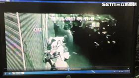 張婦彎腰竊走繡球花盆。(圖/翻攝畫面)
