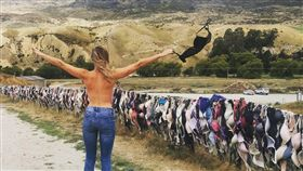 想朝聖!紐西蘭柵欄太性感 女性胸罩隨風飄揚 圖/翻攝自bennettlaurajo IG https://www.instagram.com/p/BRNeYhBjtgA/