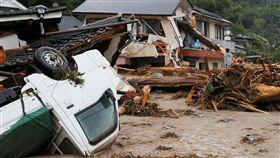 ▲水流沖毀的民宅、翻覆的小貨卡。(圖/路透社/達志影像)