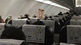 泰國曼谷飛桃園機場的虎航班機上,婦人光腳放椅背上/爆料公社