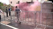 反年改抗議蔡英文 放煙霧彈.按喇叭示威