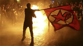 美國總統川普首次出席20國集團(G20)峰會前夕,示威活動今天深夜演變成暴力事件。德國警方與一群蒙面投擲瓶子和石頭的反資本主義核心活躍人士爆發衝突,造成76名警察受傷。(圖/路透社/達志影像)