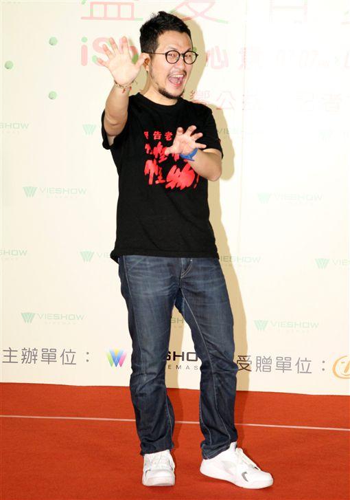 導演九把刀、演員劉奕兒兩人與喜憨兒一起彩繪餅乾,為「盛夏有愛 iShow 心意」送愛饗公益。(記者邱榮吉/攝影)