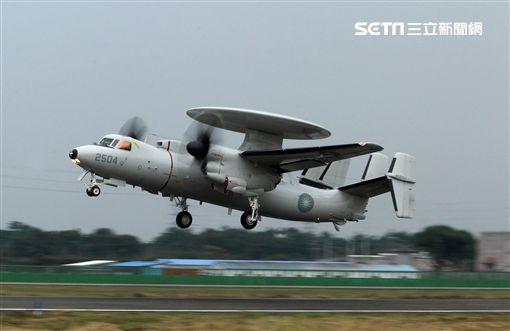 中華民國空軍E-2K(稱為鷹眼) 2006年4月在屏東基地正式舉行成軍,先進的NP2000型8葉螺旋槳,這樣可有效降低噪音及震動、提高飛行性能和系統可靠性,加裝Link16資料鏈之後,預警機能夠傳送大量雷達資料給戰機飛行員,直接導引戰機作戰。(記者邱榮吉/攝影)