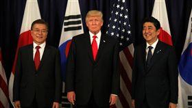 美國總統川普、南韓總統文在寅和日本首相安倍晉三趁在德國出席20國集團(G20)高峰會之便進行3邊會談,承諾施加「最大壓力」以對抗北韓核武威脅。(圖/路透社/達志影像)