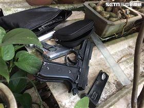 李姓老翁澆花時發現腰包內藏有2把改造手槍。(圖/翻攝畫面)