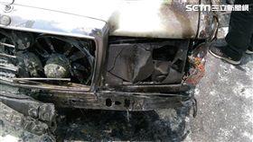 賓士車頭突然竄出火煙。(圖/翻攝畫面)