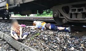 中國,大陸,重慶,榮昌,救人,救命,拯救,鐵軌,軌道,火車,列車,斷腿,人命-翻攝自梨視頻