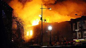英國倫敦著名景點之一的肯頓巿集(Camden Lock Market)在當地時間9日凌晨起火(圖/路透社/達志影像)