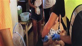 安檢所人員將小嬰兒及家屬帶回所內初步檢視。(圖/翻攝畫面)