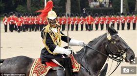 英國女王伊麗莎白二世已經任命一名黑人軍官擔任個人助理,黑人軍官名叫TA(全名Nana Kofi Twumasi-Ankrah)(圖/翻攝自Daily Mail)
