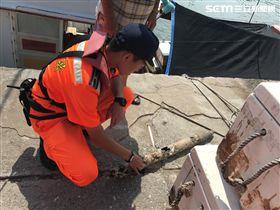 安檢所人員在漁船上發現一顆火箭彈未爆彈殘骸。(圖/翻攝畫面)