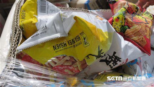 近7萬箱蝦味先回收產品未銷毀,因天候因素飄臭味,引民怨。(圖/高雄市衛生局提供)