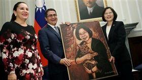 去年10月宏國總統費南德茲來台參加國慶活動,與蔡總統相互贈禮。(圖/總統府提供)