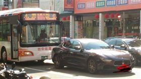 綠燈沒起步…公車親到「海神」屁股 網友全幫司機QQ 圖/翻攝自聯結車 大貨車 大客車 拉拉隊 運輸業 照片影片資訊分享團臉書 https://www.facebook.com/groups/730994103593285/permalink/2100261753333173/