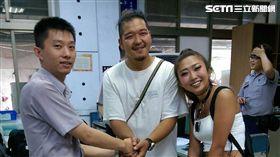 警員蕭傑隆(左)精通日語,協助日籍情侶到百貨公司換新台幣。