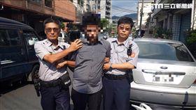 劉翁遭詐騙集團以假檢警手法騙走提款卡,並一連四天在深夜各提領15萬元,台灣銀行遂通報駐衛警協助處理,警方隨即向劉翁細心解釋,並由他配合約出劉姓車手予以逮捕(翻攝畫面)