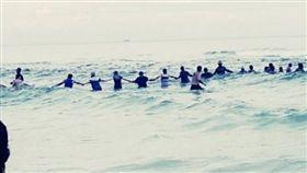 巨浪衝擊…9人游不回岸邊 80人牽手成「人鏈」合力救命 臉書
