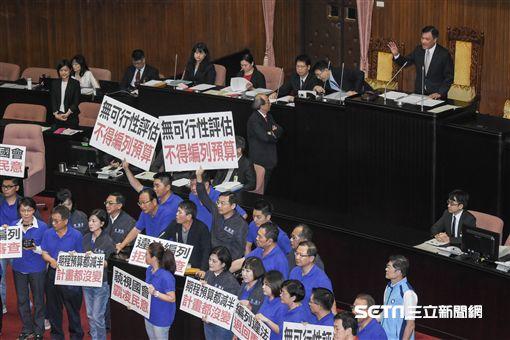 立法院第二次臨時會,全院委員談話會,國民黨立委霸佔發言台杯葛法案審查 圖/記者林敬旻攝