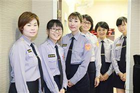 俏女警曾國瑄(左3)英勇地朝2人噴灑辣椒水。(圖/翻攝畫面)