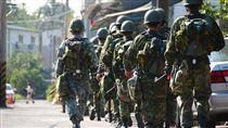 陸軍司令部就讓12名僅服四個月軍事訓練億的役男投入漢光操演 陸軍司令部提供