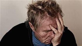 絕望,孤單,孤獨,職業倦怠,筋疲力盡,疲累,抑鬱症,頭痛 (圖/Pixabay)