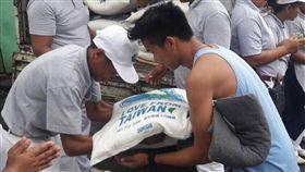▲「Love From Taiwan」的愛心米,在慈濟海內外志工的接力下送往受災的菲國。(圖/慈濟)