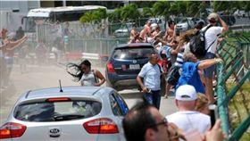 遊客靠在圍欄上感受飛機氣流。翻攝BBC