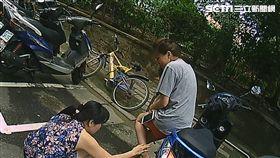 高女騎車行經興城街時,遭遇台灣土狗擋路,並朝她吼叫及攻擊,高女驚嚇跌倒扭傷,張姓警員持棍嚇退惡犬,並通報救護車將高女送醫(翻攝畫面)