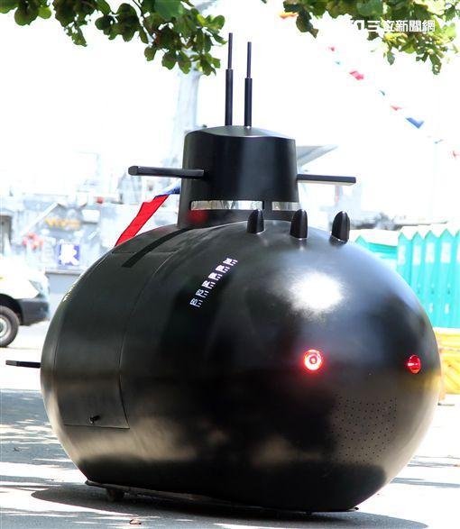 海軍打造劍龍級潛艦的迷你版「劍龍一號」,比造碰碰車的方式在現場趴趴走,大人、小孩瘋狂搶拍。(記者邱榮吉/左營拍攝)