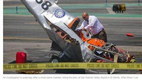 聖蓋博谷機場、小飛機墜機、印有青天白日國徽小飛機墜機/latimes.com