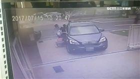 團結力量大!男童蹲校門慘遭車輾 附近工人合力抬車救人 SOT