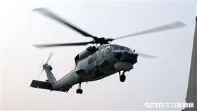 春節加強戰備假想不明潛艦出沒,S-70C(M)反潛直升機緊急編隊實施反潛作戰。(記者邱榮吉/攝影)