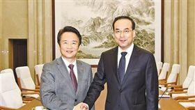 孫政才(圖右)與韓國青年政治家代表團代表合照(圖/翻攝自中國共產黨新聞網)