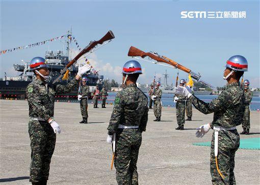 海軍陸戰隊儀隊操演高難度奪命槍。(記者邱榮吉/左營拍攝)