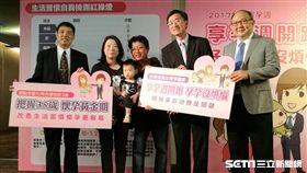 魏小姐(左二)積極進行試管嬰兒治療、調整飲食、多運動後,終於在45歲順利產下寶寶。(圖/記者楊晴雯攝)