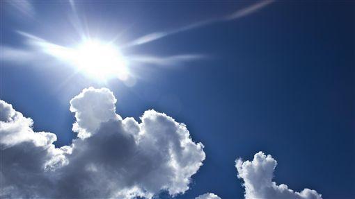 高溫炎熱、夏天、大太陽、藍天白雲/pixabay